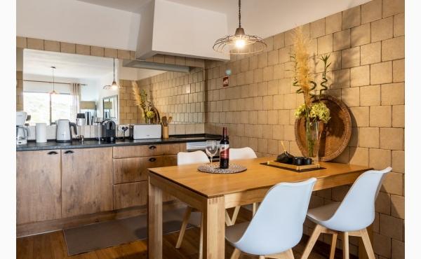 Küche mit Essplatz / Kitchen with dining area