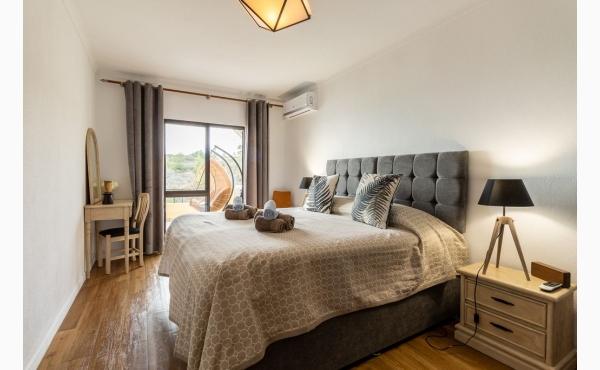 Schlafzimmer mit Bad und Klimaanlage / Bedroom with Aircon