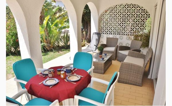 Das Apartment hat eine Terrasse mit Grill im umzäunten Garten / Terrace with BBQ, Garden