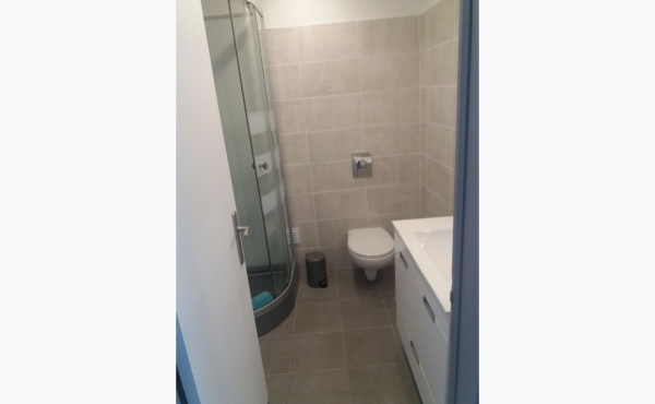 Badezimmer mit Dusche, Waschmaschine und Trockner / Bathroom with shower, washing machine and dryer