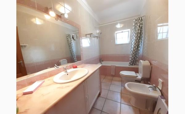 Badezimmer mit Badewanne und Bidet / bathroom with bath and bidet