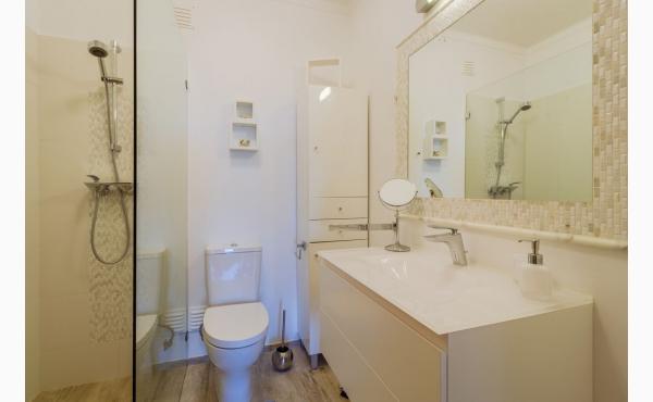 Bad mit ebenerdiger Dusche / bathroom with walk-in shower