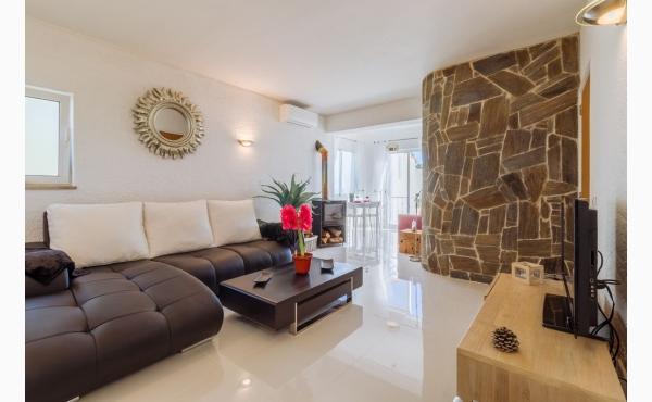 modern eingerichtetes, helles Wohnzimmer / modern, friendly furnished livingroom