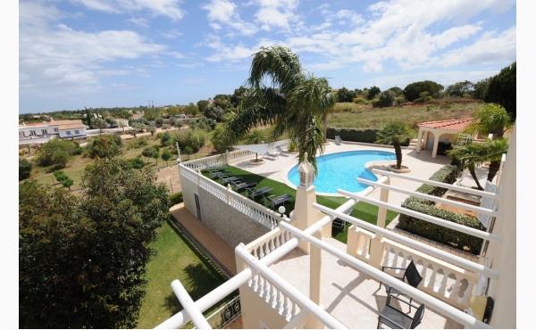 Blick von oben auf den Pool / View to the pool