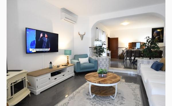 Wohnzimmer mit Flachbildfernseher und Kamin / Livingroom witth fireplace