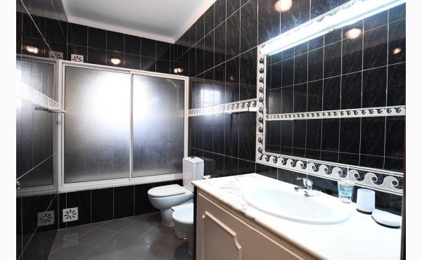Badezimmer mit Badewanne, WC und Bidet / Bath