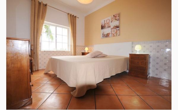 Schlafzimmer mit Doppelbett / Bedroom