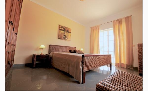 Schlafzimmer mit Doppelbett und Zugang nach außen / Bedroom