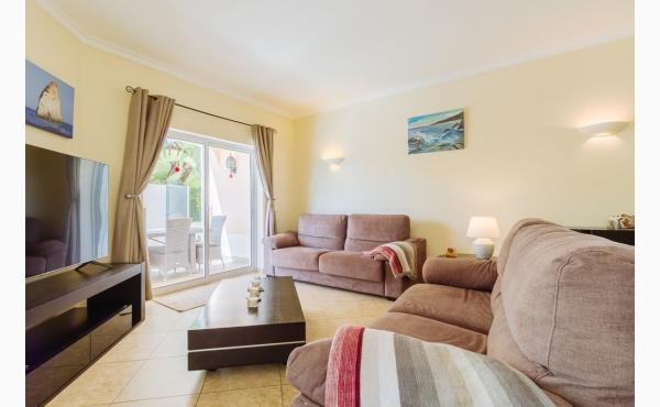 Wohnzimmer mit Klimaanlage und Kamin / Livingroom with Aircon and fireplace