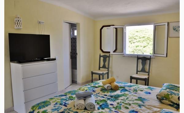 Schlafzimmer mit Klimaanlage und TV / Bedroom with Aircon and TV