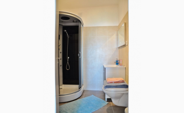 Badezimmer mit Dusche und Waschmaschine / Bath with shower and washing machine