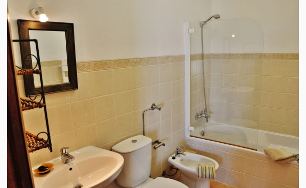 Badezimmer mit Wanne / Bathroom with Bathtub