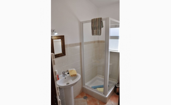 Badezimmer mit Dusche / Bathroom with Shower
