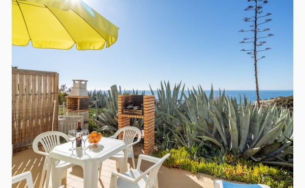 Terrasse direkt auf den Klippen, Meerblick Grill Essplatz und Sonnenliegen / Terrace direct on the cliffs, sea view, diningarea and sunbeds