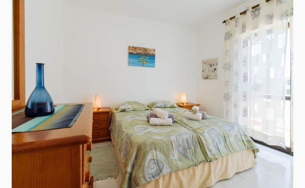 Schlafzimmer mit Zugang zu Balkon / Bedroom with balcony access
