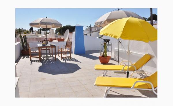 Dachterrasse mit Sonnenliegen und Sitzbereich / Roofterrace with sunbeds