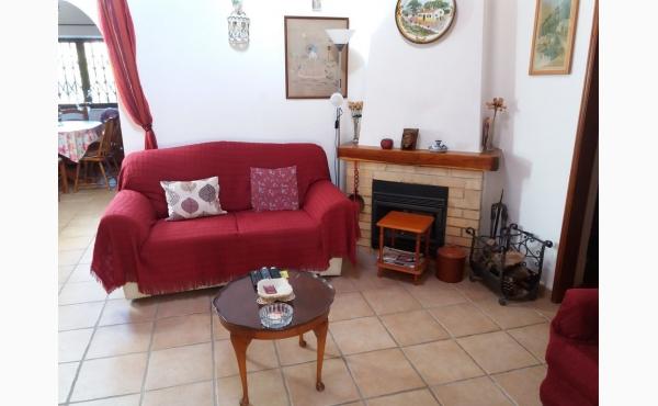 Wohnzimmer mit Klimaanlage und Kamin / Livingroom with Aircon